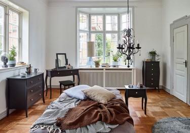 Toaletka ze stołkiem oraz komody i stolik nocny na ozdobnych nogach w stylu prowansalskim