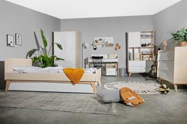 Skandynawski pokój młodzieżowy z białymi meblami i drewnianym dekorem