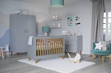 Szare meble w stylu skandynawskim w pokoju niemowlaka