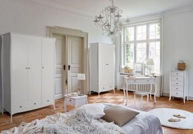 Zestaw białych mebli do sypialni w stylu prowansalskim z ozdobnymi nóżkami i stalowymi okrągłymi uchwytami