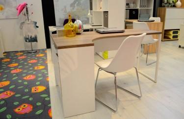 Białe biurko narożne z blatem w kolorze dąb sonoma imitującym naturalną strukturę drewna