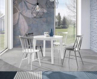 Biały okrągły stół z rozkładanym blatem i krzesła drewniane bez podłokietników