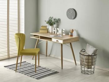 Biurko w stylu skandynawskim w pokoju młodzieżowym z szarymi ścianami i tapicerowanym krzesłem
