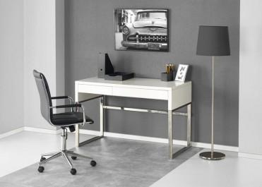 Biurko w wysokim połysku i obrotowe krzesło z ekoskóry w pomieszczeniu biurowym z wysoką lampą