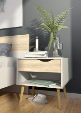 Szafka nocna w stylu skandynawskim na tle szarej ściany i drewnianej podłogi