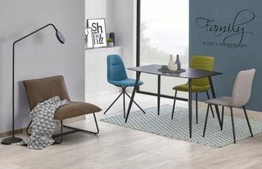 Stół z blatem w imitacji kamienia i kolorowe tapicerowane krzesła na metalowych nogach