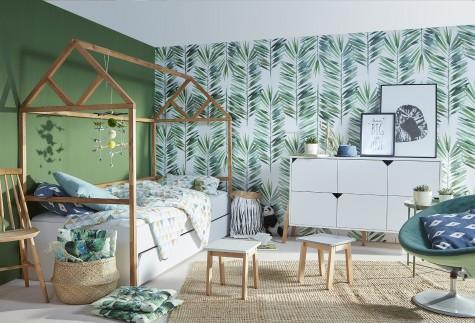 Zestaw mebli z łóżkiem w kształcie domku w nowoczesnym pokoju dziecięcym z zielonymi ścianami