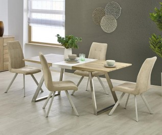 Nowoczesny stół z rozkładanym dwukolorowym blatem w towarzystwie beżowych krzeseł na stalowych nogach