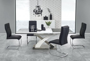 Zestaw z krzesłami tapicerowanymi ekoskórą i rozkładanym stołem w jadalni z dwoma oknami i ceglaną ścianą