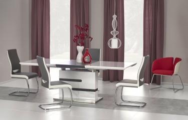 4-osobowy zestaw z rozkładanym stołem i krzesłami w jadalni z dwoma oknami w towarzystwie bordowych zasłon i modnego fotela