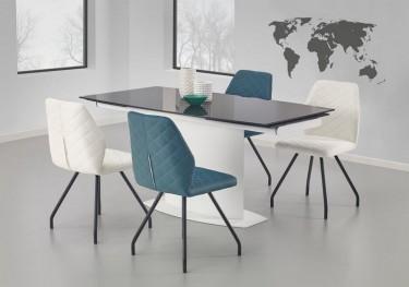 Szklany stół i pikowane krzesła na giętych nogach we wnętrzu jadalnianym z szarymi ścianami i dwoma oknami