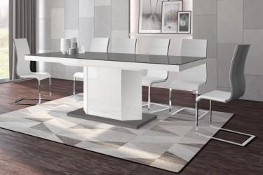 Rozkładany stół w wysokim połysku w nowoczesnej jadalni z dużym oknem i zasłoną