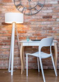 Biurko z szufladą i wyprofilowanymi nogami w stylu retro w towarzystwie krzesła z tworzywa sztucznego