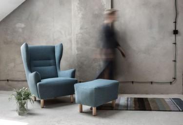 Zestaw tapicerowanych mebli wypoczynkowych fotel z podnóżkiem na drewnianych nóżkach