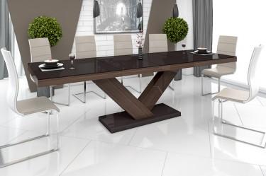 Brązowy stół z rozkładanym blatem w wysokim połysku i beżowe krzesła na płozach w jadalni z błyszczącymi płytkami na podłodze