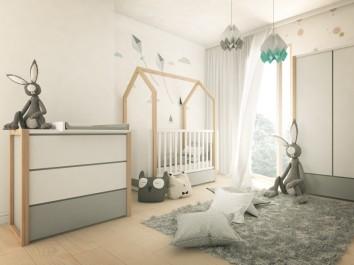 Zestaw mebli z łóżeczkiem w kształcie domku i funkcją tapczanika w pokoju dziecięcym z dużym oknem