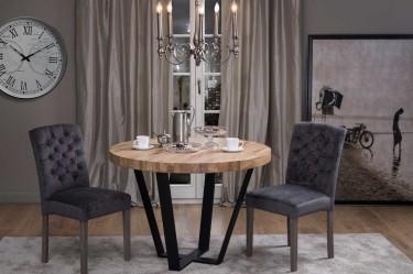 Tapicerowane krzesła z pikowanym oparciem oraz stół z okrągłym blatem w stylu industrialnym