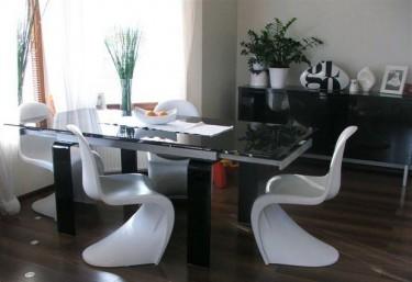 Designerskie krzesła z tworzywa sztucznego ABS w domowym kąciku jadalnianym