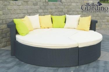 Luksusowe łóżko modułowe z technorattanu na tarasie z kamienną ścianą