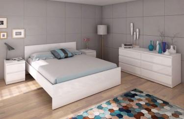 Białe meble w wysokim połysku z wysokim łóżkiem szafkami nocnymi oraz komodą z szufladami