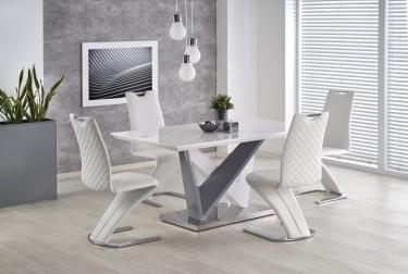 Biały stół z lakierowanym blatem w towarzystwie skórzanych krzeseł w nowoczesnej jadalni z dużym obrazem i żaluzjami