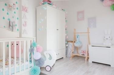 Pokój dziewczęcy z różowymi dodatkami i białymi meblami dziecięcymi