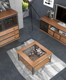 Drewniany stolik kawowy z półką i komoda z ozdobnymi frontami kutymi w stylu industrialnym