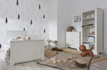 Zestaw białych mebli z łóżkiem i szufladami w pokoju dziecka z białymi ścianami