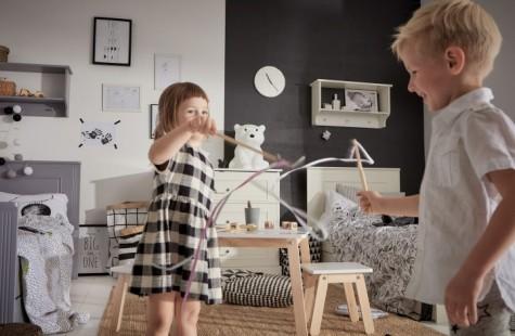 Zestaw białych i szarych mebli dziecięcych w pokoju rodzeństwa z dwukolorową ścianą