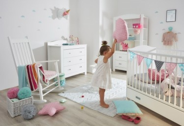 Pokój dla dziewczynki z łóżeczko - tapczanikiem oraz bujanym fotelem do karmienia dziecka