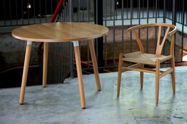 Drewniane meble w pomieszczeniu loftowym z betonową podłogą