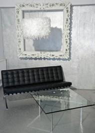 Pikowana sofa 3-osobowa z czarnej skóry naturalnej w salonie ze strukturą dekoracyjną na ścianie