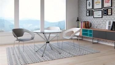 Designerskie krzesła z tworzywa sztucznego w salonie z dużym oknem i roztaczającym się widokiem gór