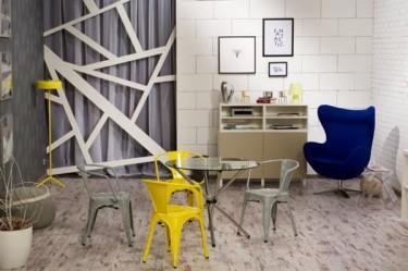 Nowoczesna aranżacja salonu z metalowymi krzesłami w stylu loftowym i tapicerowanym fotelem wypoczynkowym
