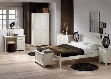 Zestaw białych mebli do sypialni na ozdobnych nóżkach w stylu klasycznym