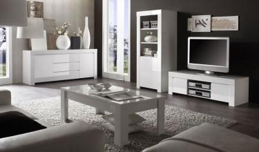Białe meble o połyskującej powierzchni w salonie z dużymi oknami i ciemnymi ścianami