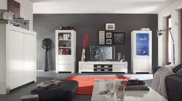 Zestaw białych mebli w wysokim połysku w dużym salonie z czerwonym dywanem