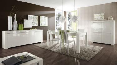 Nowoczesna jadalnia połączona z salonem wyposażona w białe meble o błyszczącej powierzchni
