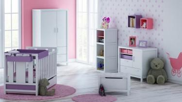 Dwudrzwiowa biała szafa oraz komoda z szufladami i drewniane łóżeczko z funkcją tapczanika
