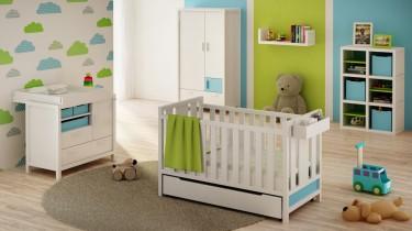 Drewniane meble do pokoju dziecięcego z pojemną szafą ubraniową oraz łóżeczkiem z szufladą na pościel