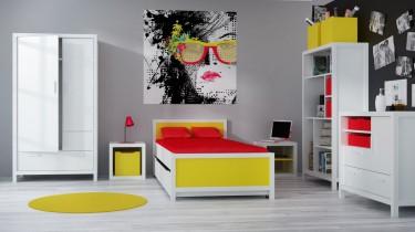 Białe meble młodzieżowe z pojemną szafą ubraniową regałami oraz łóżkiem z szufladą na pościel