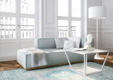 Stolik z marmurowym blatem i tapicerowana sofa w salonie z dużymi oknami i balkonem