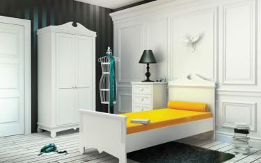 Biała dwudrzwiowa szafa oraz komoda z szufladami i łóżko z ozdobnym wezgłowiem do pokoju młodzieżowego