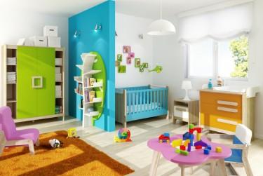 Zestaw do pokoju dziecięcego z niebieskim łóżeczkiem i dwudrzwiową szafą z dużą ilością półek