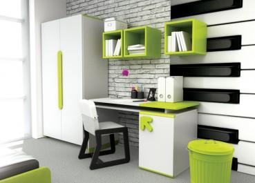 Dwudrzwiowa szafa i biurko z krzesłem na drewnianej podstawie oraz limonkowe wiszące półki