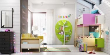 Sofa z żółtymi poduszkami oraz regał w kształcie drzewa i kolorowe wiszące półki