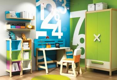 Zestaw kolorowych mebli z dwudrzwiową szafą biurkiem z tapicerowanym krzesłem oraz regałami