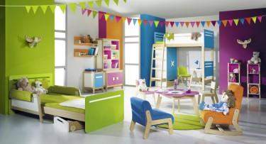 Kolorowe meble do pokoju dziecka w komplecie z zielonym rozsuwanym łóżkiem