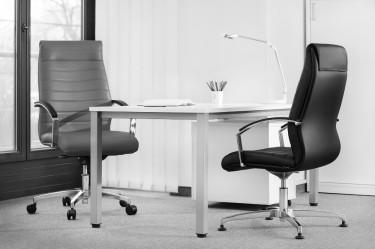 Skórzane fotele obrotowe w luksusowym biurze z białymi ścianami