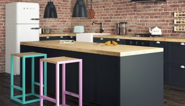 Hokery w stylu industrialnym z drewnianym siedziskiem ustawione przy wyspie kuchennej